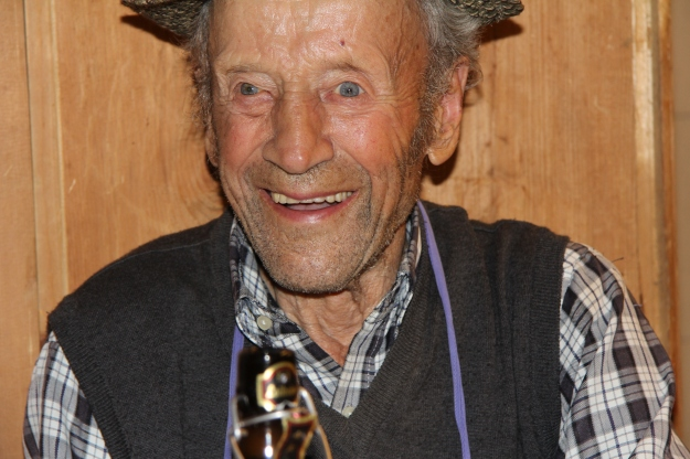 Sepp, 94 Jahre, arbeitet jeden Tag auf dem Feld