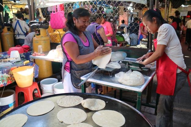 Tortilla-Herstellung auf dem Markt