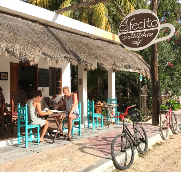 Sandstrassen und kleine Cafes in Holbox