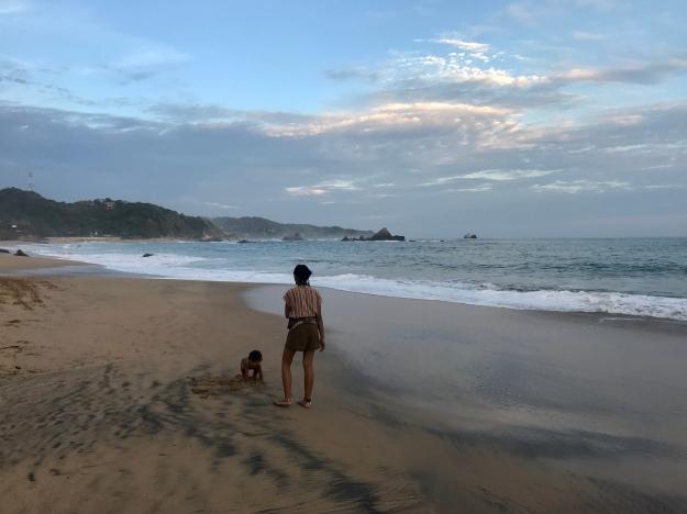 Mutter und Sohn am Strand von Mazunte